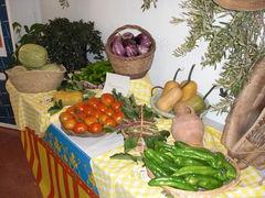 Tisch mit Gemüse, Kürbissen und Melonen