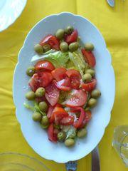 spanischer Salat mit Tomaten, Zwiebeln und Oliven