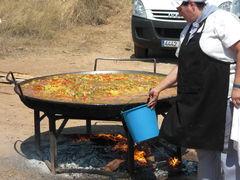 Paella-Saft mit Eimer auffangen