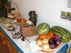 Tisch mit Gemüse, Melone und Kürbisen
