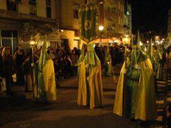 Büßer mit Fahne/Wappen, Lampe und Kerzen
