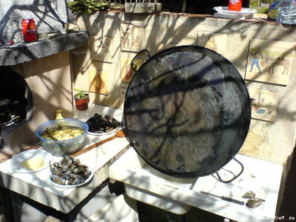 Gesäuberte Paella Pfanne mit Zutaten
