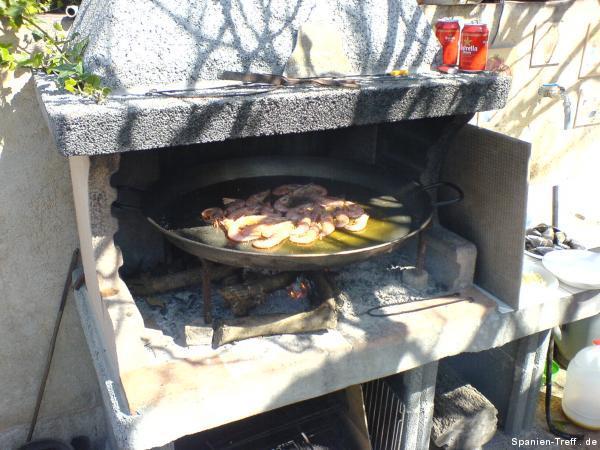 Anbraten der Garnelen in Olivenöl in der Paella