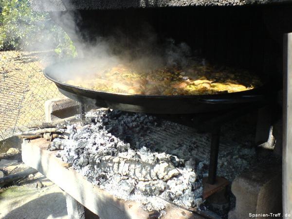 Kohle unter der Paella wegräumen