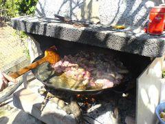 Anbraten von Fleisch in Olivenöl in der Paella