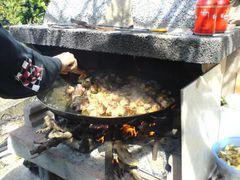 Umrühren des Fleisches in der Paella