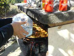 Hinzufügen von Wasser zur Paella