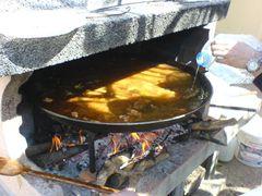 Hinzufügen von noch mehr Wasser in die Paella