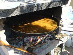 Paella mit Wasser gefüllt