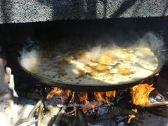 Paella beginnt zu kochen