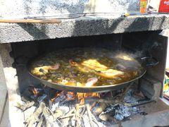 Hinzufügen der Garnelen/Gambas zur Paella