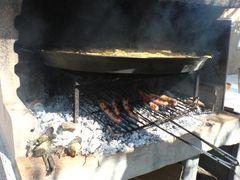 Bratwürste/Salchichas unter der Paella wenden