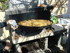 Paella vom Grill nehmen