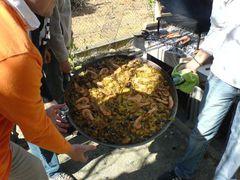 Getragene, fertige Paella