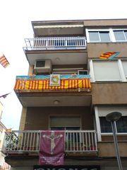 Mit Fahnen geschmückte Balkone