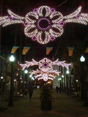 Beleuchteter Platz bei Nacht