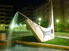Beleuchteter moderner Brunnen und Wasserfontaine