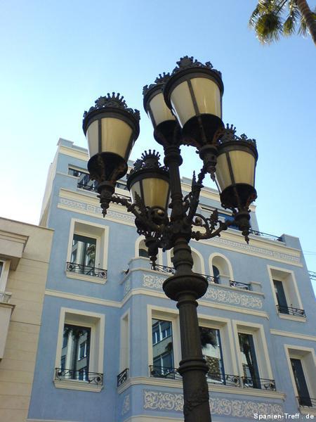 blaues Haus mit Lampe