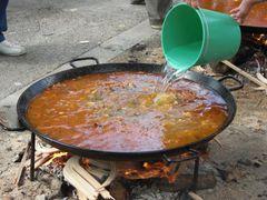 Wasser wird mit einem Eimer hinzugefügt