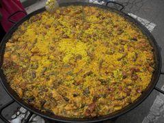 Paella mit Fleisch, Bohnen und Erbsen