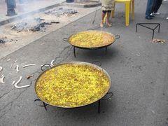 Mehrere große Paellas