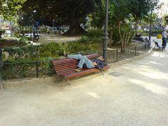 Bank mit schlafendem Mann in València