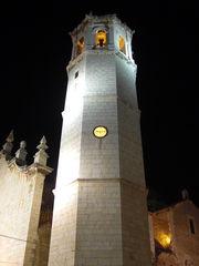 Kirchturm der Kirche Sant Bartomeu von Benicarló bei Nacht