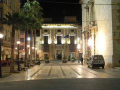 Blick auf das Rathaus von Benicaró bei Nacht