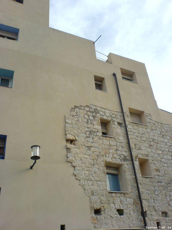 Moderne und originale Fassade und Mauer von Peñíscola
