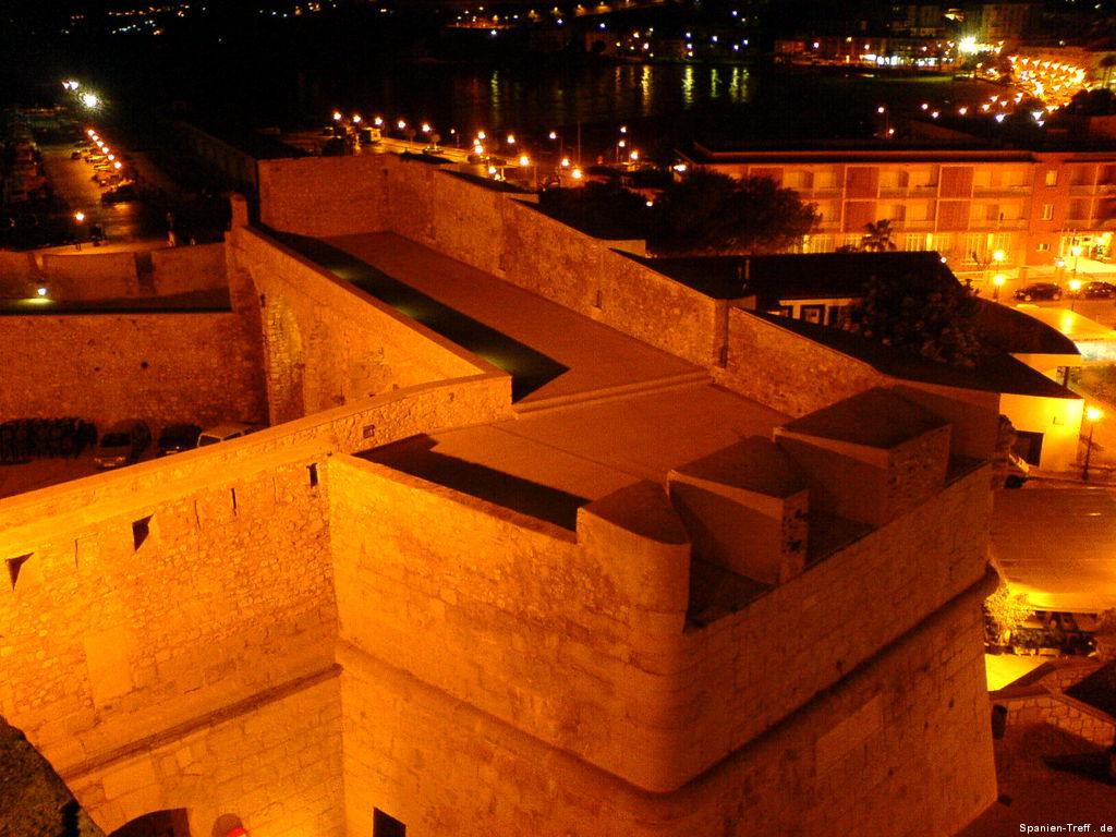Mauern und Meer von Peñíscola bei Nacht