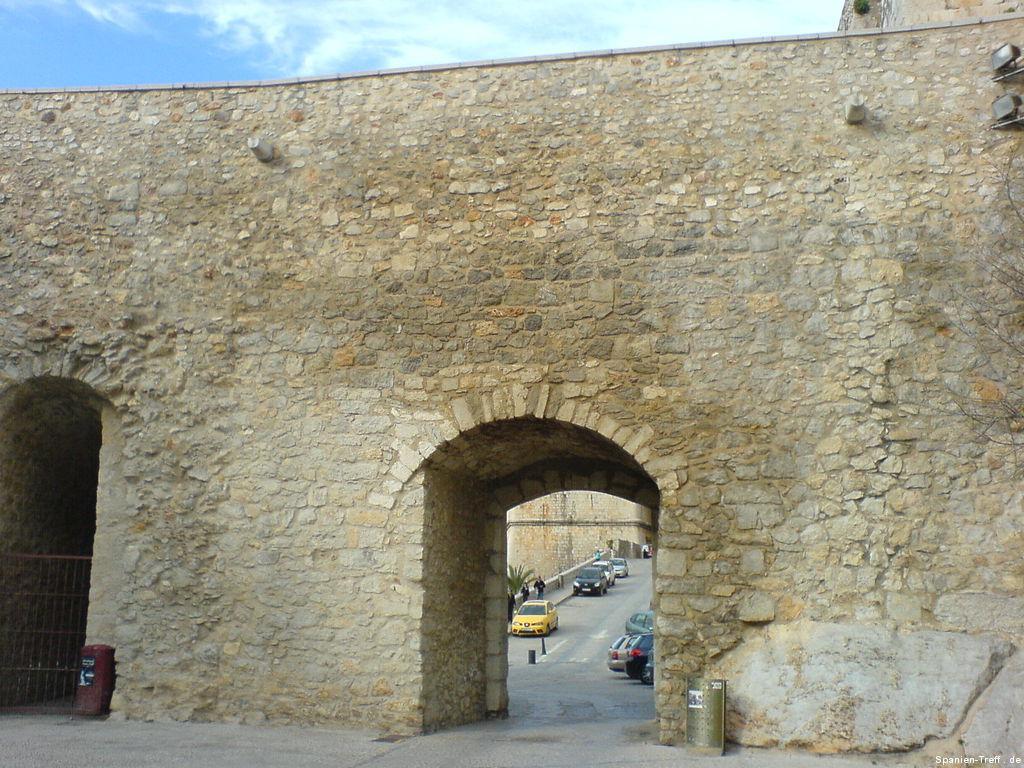 Stadtmauer und Durchgang in Peñíscola