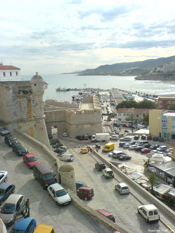 Stadtmauer, Straße und Berge von Peñíscola