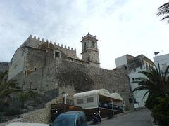 Blick von unten auf Kirche und Burg von Peñíscola