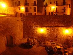Mauern und Häuser von Peñíscola bei Nacht