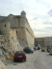 Stadtmauer, Fels und Straße von Peñíscola