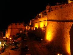 Stadtmauern und Straße von Peñíscola bei Nacht