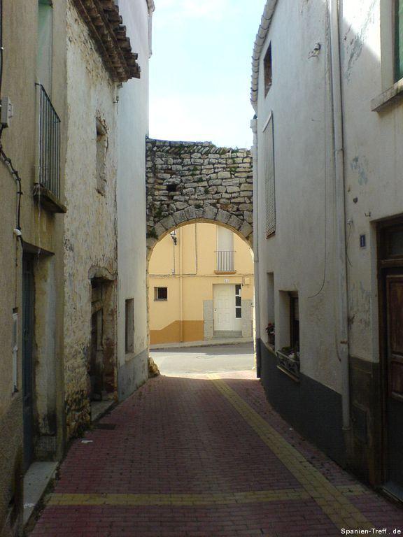 Teil eines Torbogens der alten Stadtmauer