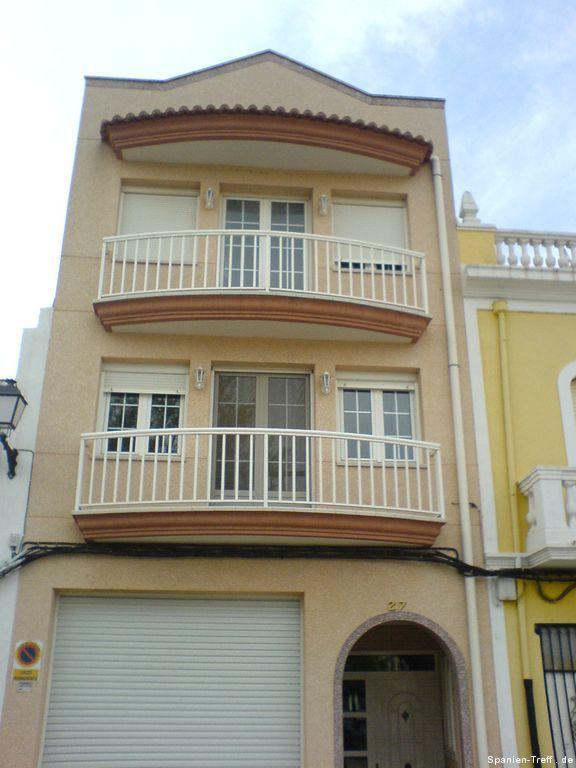 Hell-Orangenes Haus mit Balkonen