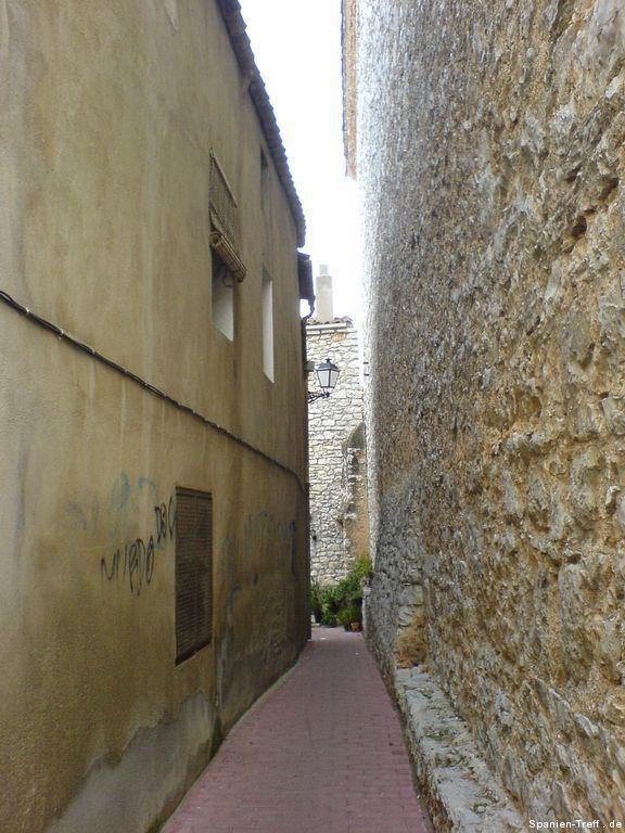 Enge Gasse mit Mauer und Hauswand