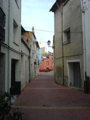 Gasse mit rotem Haus am Ende