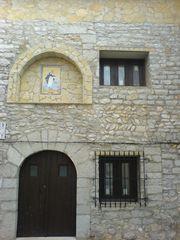 Alte Steinfassade am Haus mit Heiligenbildnis