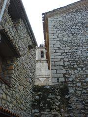 Alte Mauern mit Blick auf Kirchturm