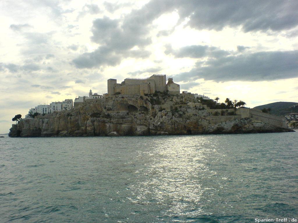 Die Stadt und der Felsen von Peñiscola vom Meer aus