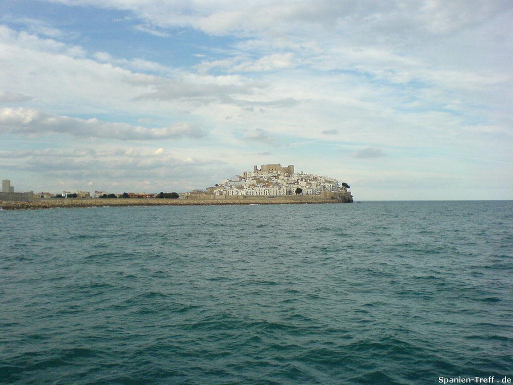 Peñiscola mit Wellenbrecher vom Meer aus