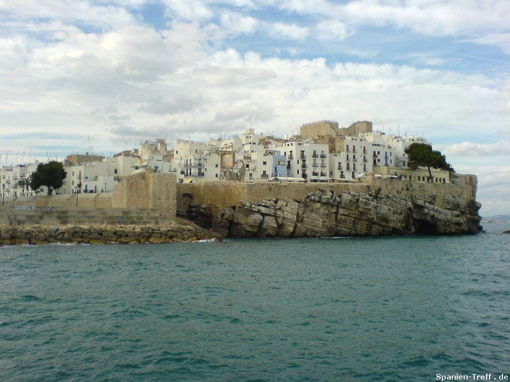Wellenbrecher geht über zum Felsen Peñiscola