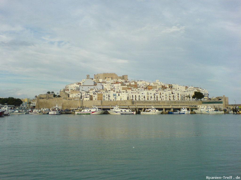 Peñiscola vom Hafenwasser aus gesehen