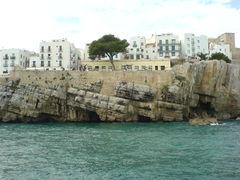 Der Fels von Peñiscola im Meer und die Stadt darauf