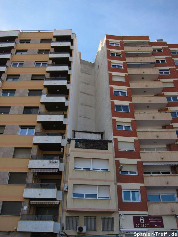 Kleines Haus zwischen großen Häusern