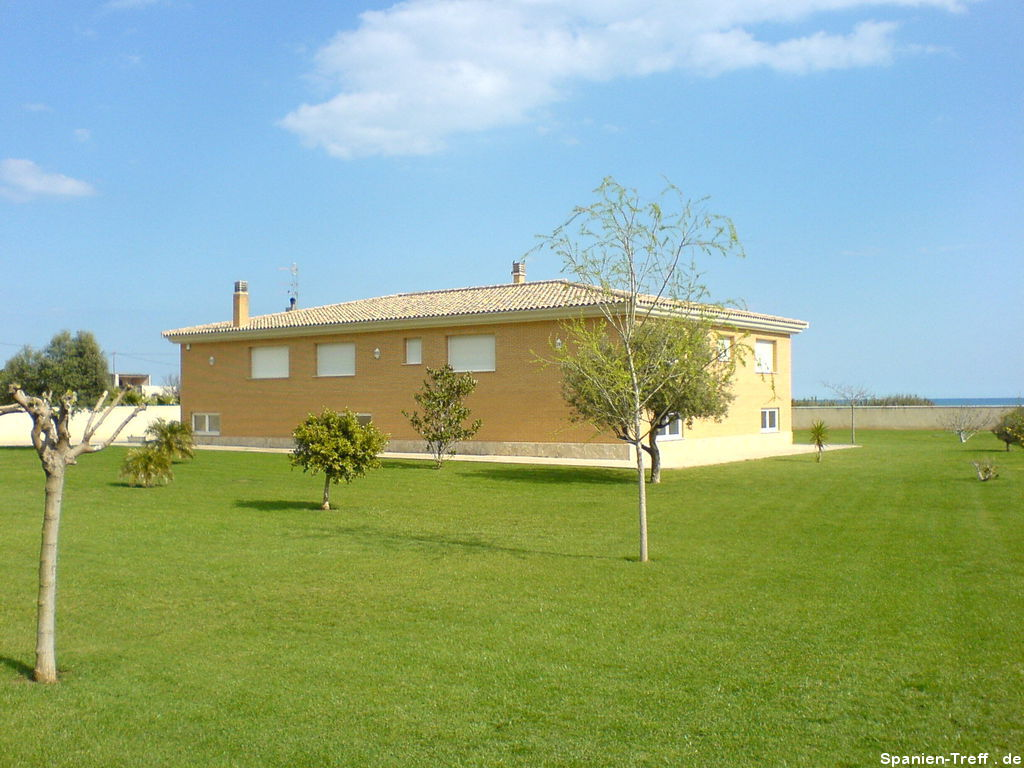Spanisches Haus mit englischem Rasen