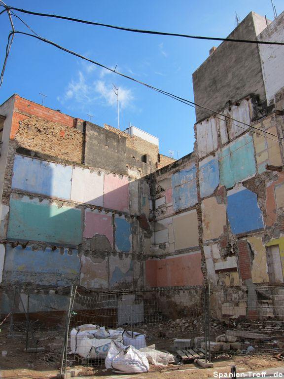 Hauswände eines abgerissenen Hauses
